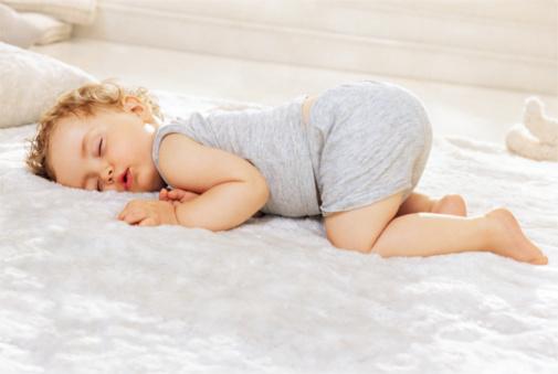 мальчик спит после годика